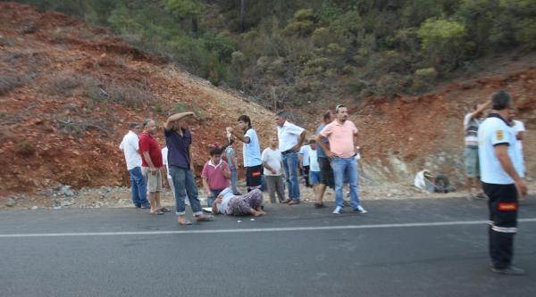 Minibüs Şarampole Yuvarlandı: 4 Yaralı