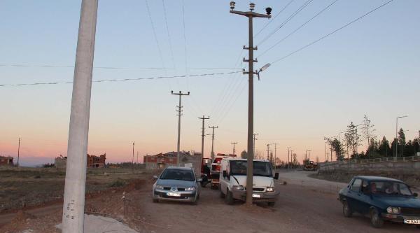 Minibüs Yol Ortasındaki Elektrik Direğine Çarpti: 3 Yaralı