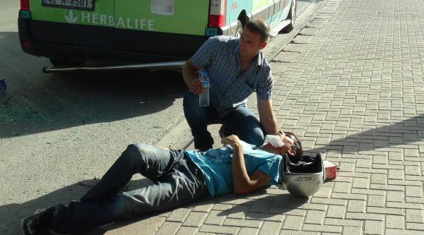 Minibüse Çarpan Motosikletli Yaralandı