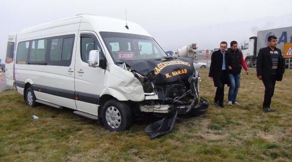 Minibüsü Otomobille Çarpişti: 6 Yarali