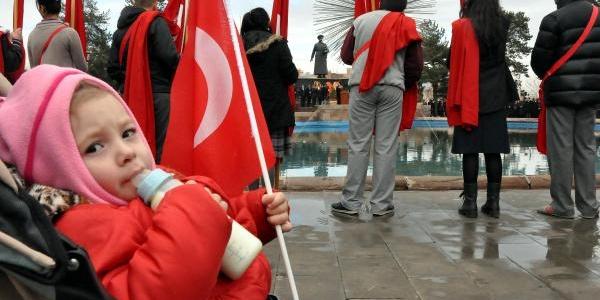 Minik Irmak'in Ata'ya Saygisi