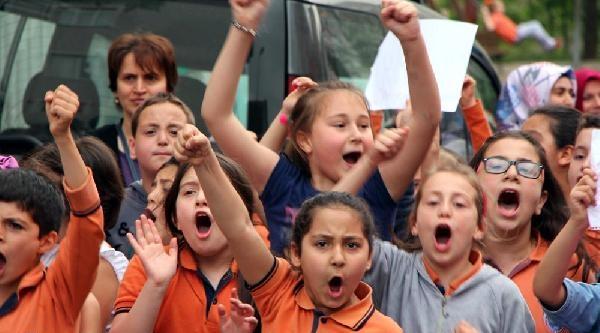 Minik Öğrenciler Okulları İçin Yol Kapattı