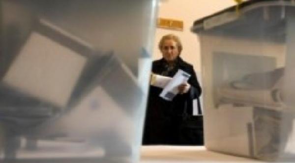 Mitroviça'Nin Kuzeyindeki 3 Seçim Merkezinde Sirp Seçmenler Sandik Başinda