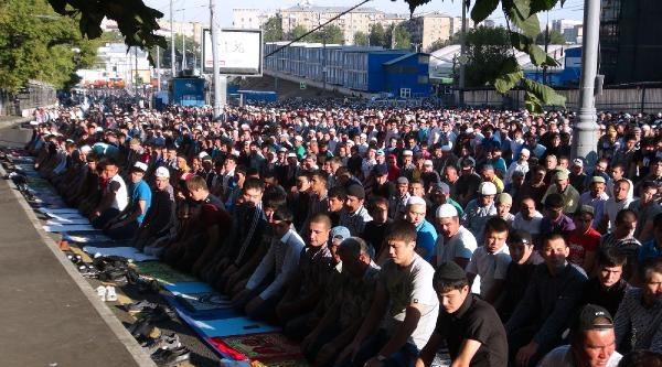 Moskova'da Cami Doldu, Cadde Ve Sokaklar İnsan Seline Döndü