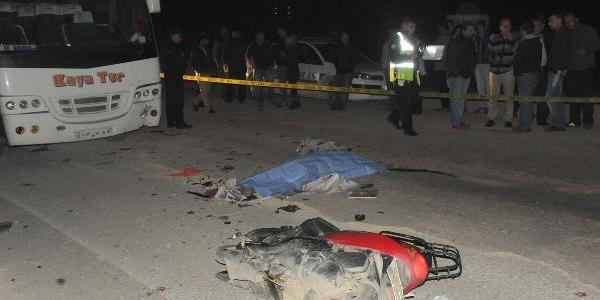Motorsiklet Servis Minibüsüne Çarpti 2 Ölü