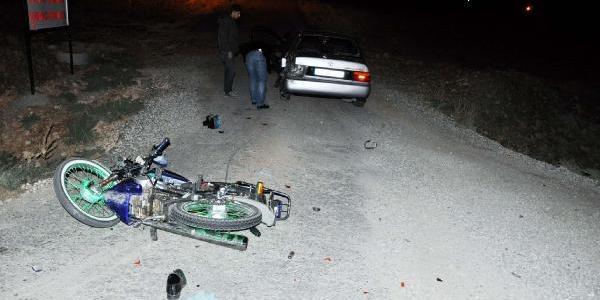 Motosiklet Otomobille Çarpişti: 3 Yarali