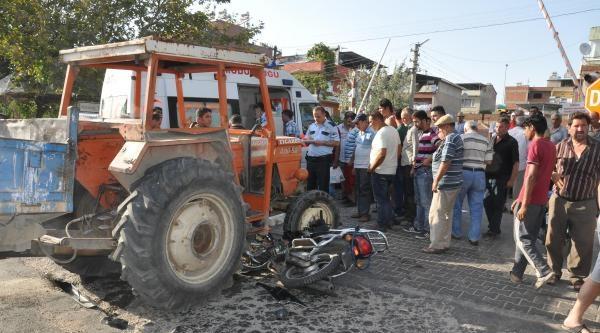 Motosiklet Traktöre Çarpti: 2 Yaralı