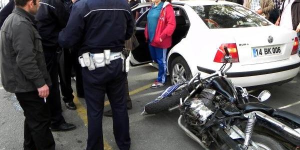 Motosikletin Çarptiği Yaya Ve Sürücü Yaralandi