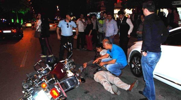 Motosikletiyle 2 Otomobilin Arasından Geçmek İstedi: 2 Yaralı