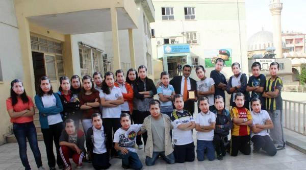 Müdürlerini Fotoğrafını Yüzlerine Maske Yaparak Uğurladılar