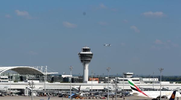 Münih Havalimanı'nda Seçim Heyecanı