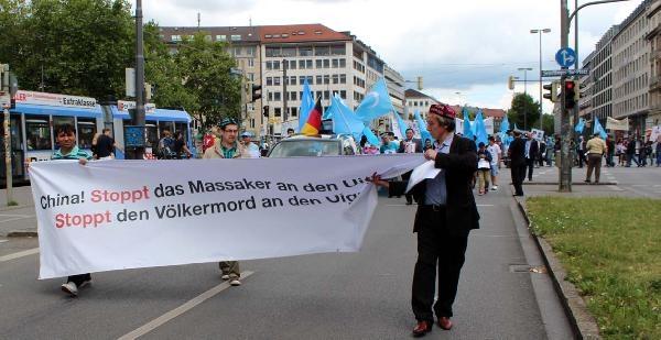 Münih'te Uygur Türklerinden Çin Protestosu