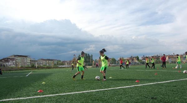 Muş'ta Kadın Futbolcular En Centilmen Oyuncu