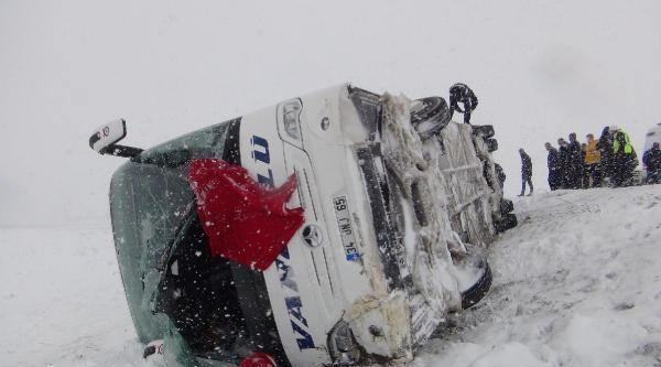 Muş'ta Yolcu Otobüsü Şarampole Yuvarlandı: 20 Yaralı