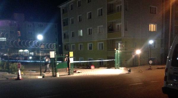 Nara Atıp Site İçinde Rastgele Ateş Açınca Evinde Oturan Genç Kızı Öldürdü