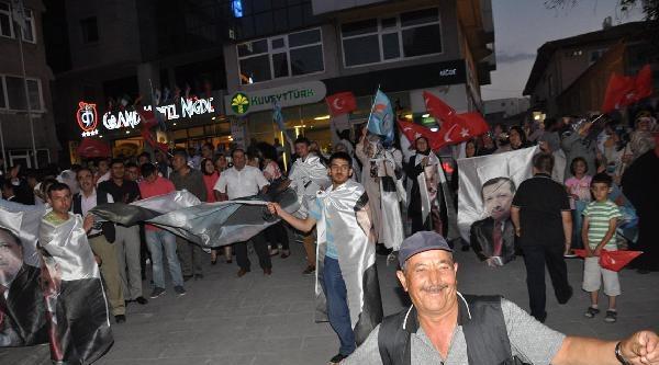 Niğde Ak Parti'de Havai Fişekli Seçim Kutlaması