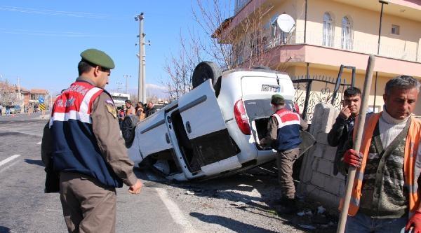 Niğde'de Hafif Ticari Araç İle İşçi Servisi Çarpişti:  3 Ölü, 9 Yaralı