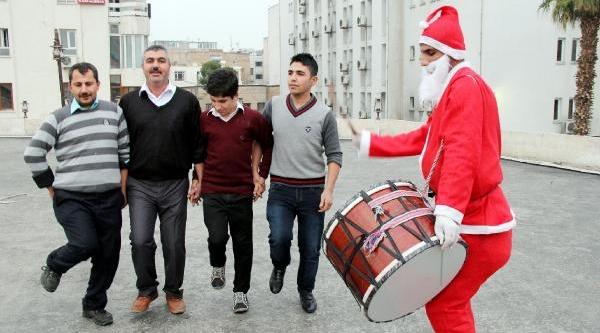 Noel Baba Kiyafetli Davulcu Şaşirtti