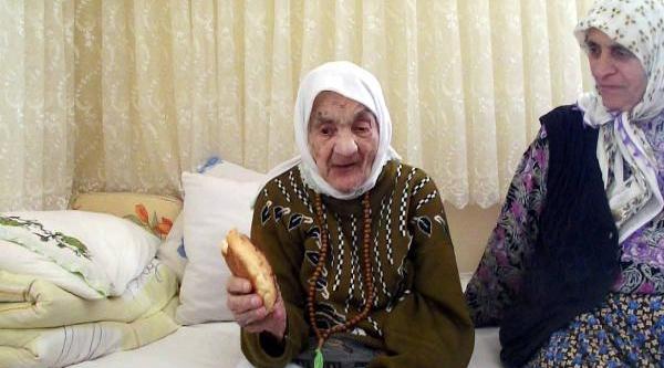 Nüfus Cüzdaninda Doğum Tarihi 00.00.1330 Yazan Fatma Nine, 102 Yaşinda Vefat Etti