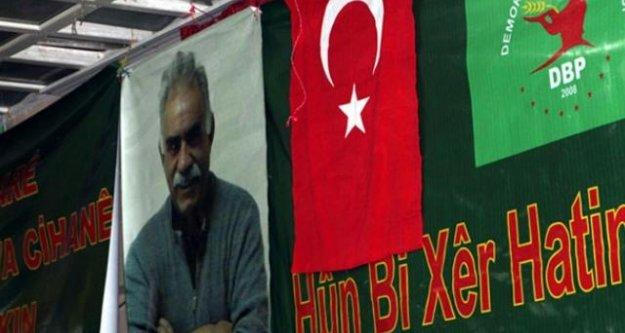 Öcalan Posteri İle Türk Bayrağını Yan Yana Astılar!