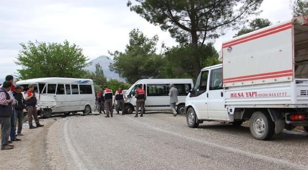 Öğrenci Servisi Minibüsle Çarpişti: 14 Öğrenci Yaralı