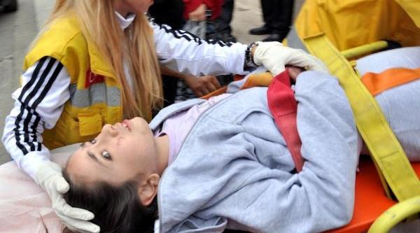 Öğrenci Servisinin Çarptiği Öğrenci Yaralandi