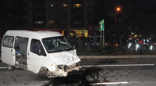 Öğrenci Taşiyan Minibüs Takla Atti: 13 Yarali