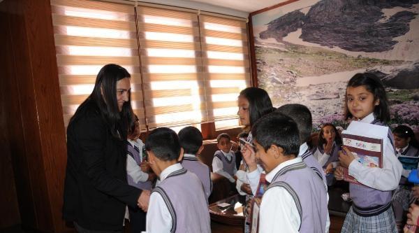 Öğrenciler, Bdp'li Başkanı Makamında Ziyaret Etti
