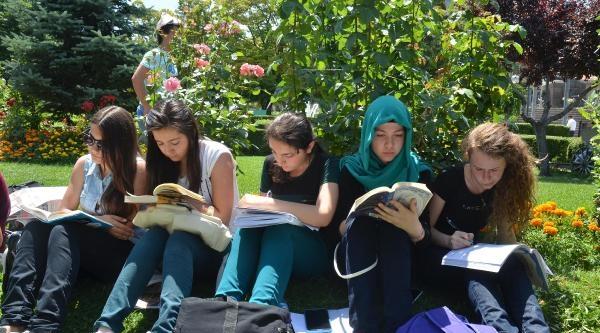 Öğrenciler İmam Hatip Kararını Kitap Okuyarak Protesto Etti