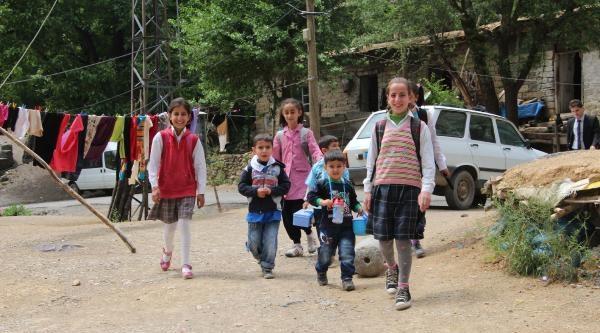 Öğrenciler, Yol Olmayınca Muhtarın Damından Okula Gidiyorlar