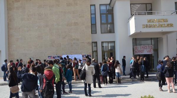 Öğrencilerden Halaylı Boykot