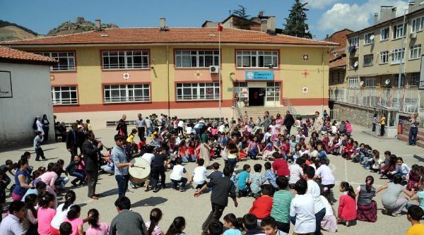 Öğrencilere Teneffüste Halk Oyunları Eğitimi