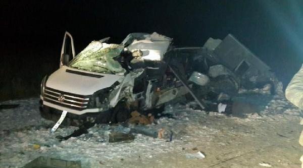 Öğretmen Ve Sağlik Personelini Taşiyan Minibüs Tir'a Çarpti: 6 Ölü, 8 Yarali (2)