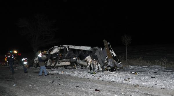 Öğretmen Ve Sağlik Personelini Taşiyan Minibüs Tir'a Çarpti: 6 Ölü, 8 Yarali (Ek Fotoğraflar)
