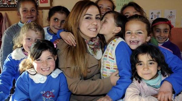 Öğretmenin Okuma Azmi Köydeki Kizlara Ilham Kaynaği Oluyor
