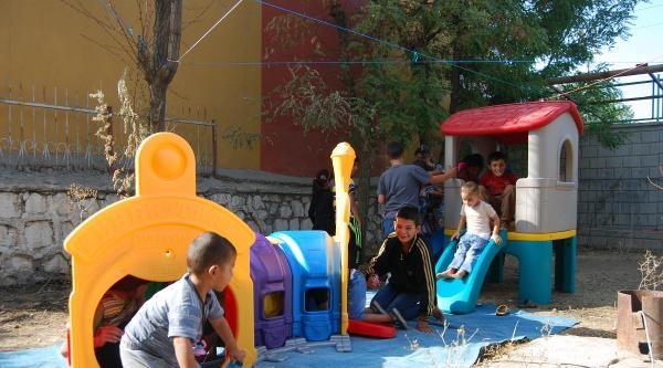 Öğretmenler Ezidi Çocuklara Oyuncak Dağıttı, Oyun Parkı Kurdu