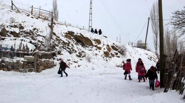 Öğretmenler, Köy Dişinda Oturan Öğrencileri Evlerine Götürüyor
