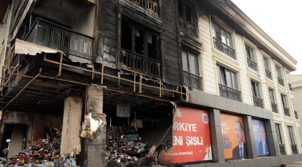 Okmeydanı'nda Ak Parti Seçim Merkezine Saldırı