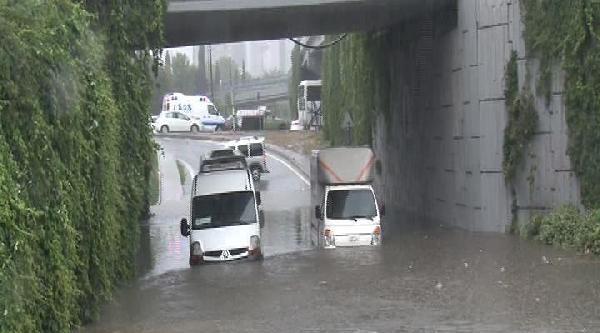 Okmeydanı'nda Araçlar Mahsur Kaldı