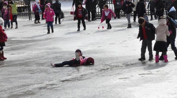 Okul Bahçesi Buz Pistine Dönüştü