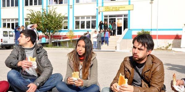 Okul Bahçesinde Kizli Erkekli Tost Yeme Eylemi