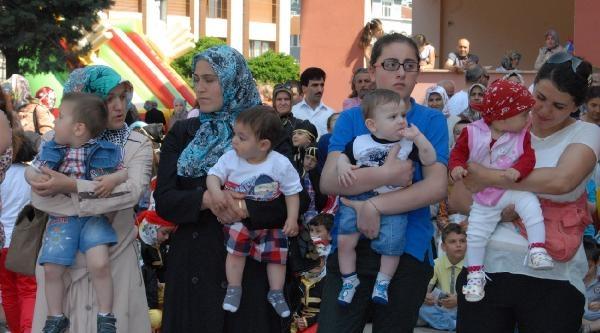 Okul Eğlencesinde Coşan Babalar, Bebekler Gibi Emekleme Yarışı Yaptı