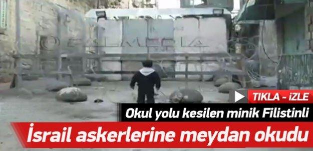 Okul yolu kesilen minik Filistinli İsrail askerlerine meydan okudu! -İZLE