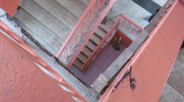 Okulda Merdiven Boşluğuna Düşen Öğrenci Yaralandi