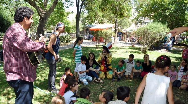 'okumuş İnsanlar' Somalı Çocuklarin Yanında