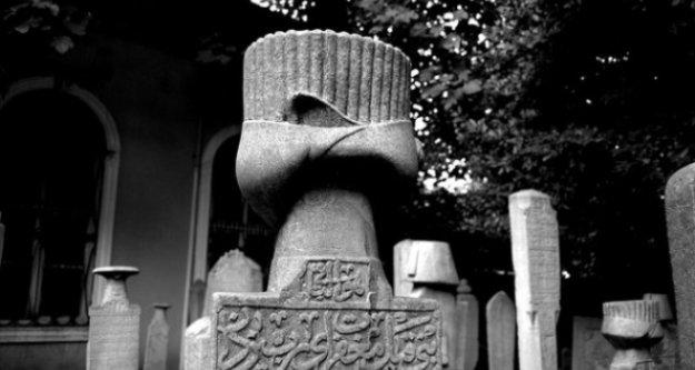 'Okuyamıyoruz' Denilen Mezartaşlarında Yazanlar