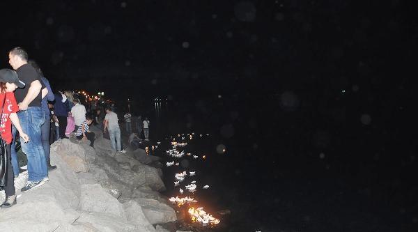 Ölen İşçiler Anısına Denize 300 Kağıttan Gemi İçinde Mum Bırakıldı