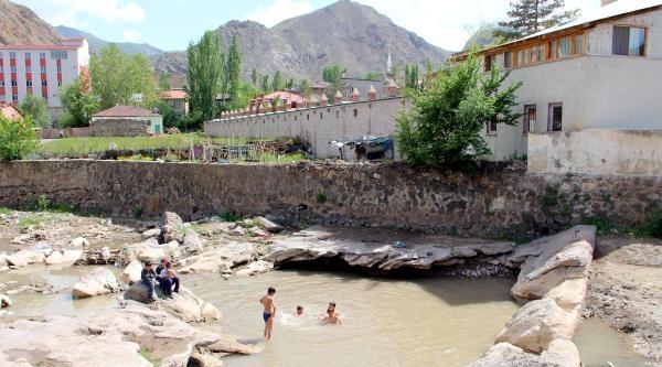 Oltu'da Çocuklar Su Birikintilerinde Serinliyor