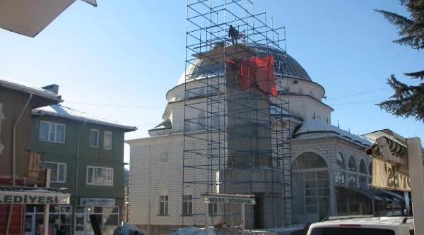 Onarimdaki Camiye Haşere Için Devekuşu Yumurtasi