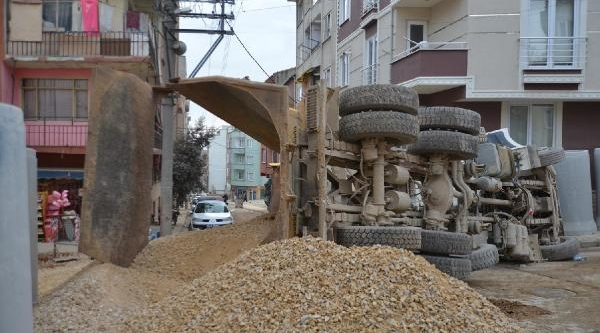 Orhangazi'De Kum Taşiyan Damperli Kamyon Sokak Ortasinda Devrildi